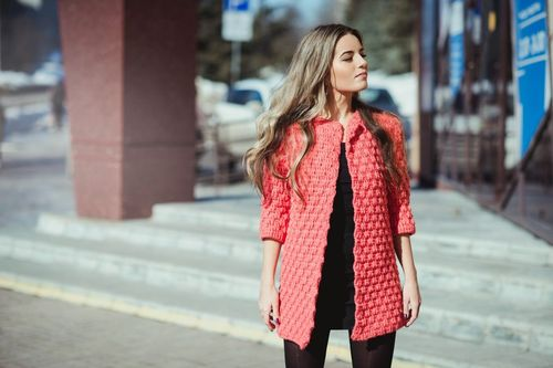 modeli_palto_iz_tolstoj_pryazhi_1